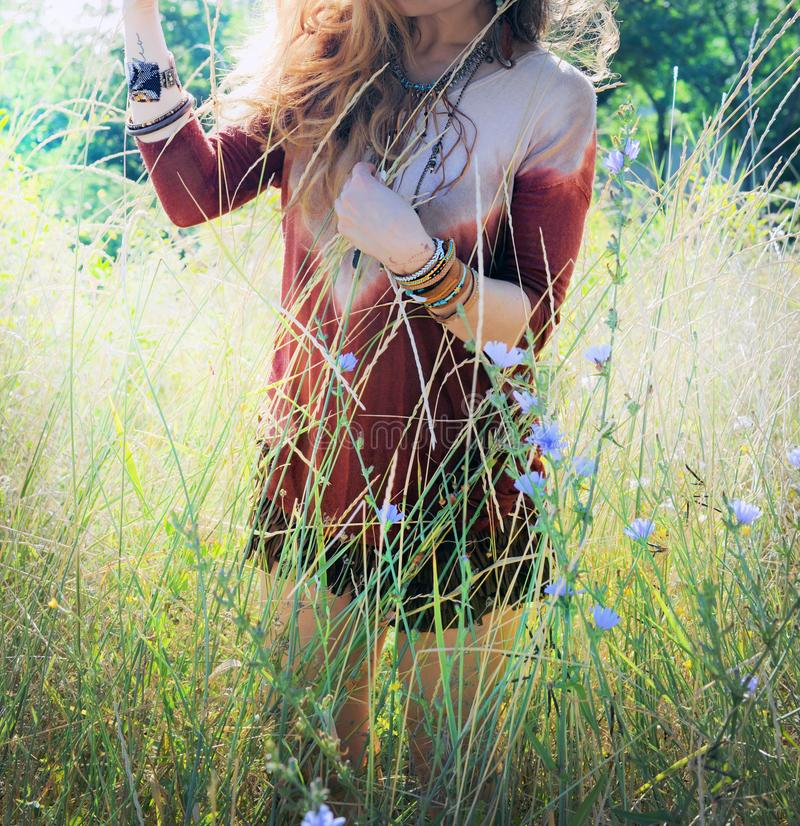 Pogodna plenerowa fotografia młoda kobieta cieszy się wiosnę w parku zdjęcie stock