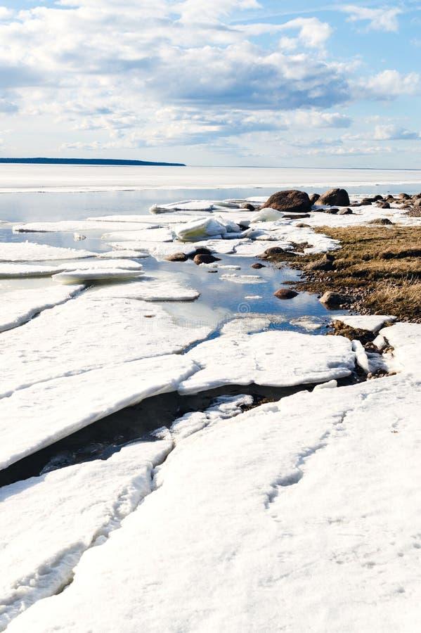 Pogodnej zimy brzeg jeziorny krajobraz z teraz i lód, błękitny chmurny niebo obraz stock