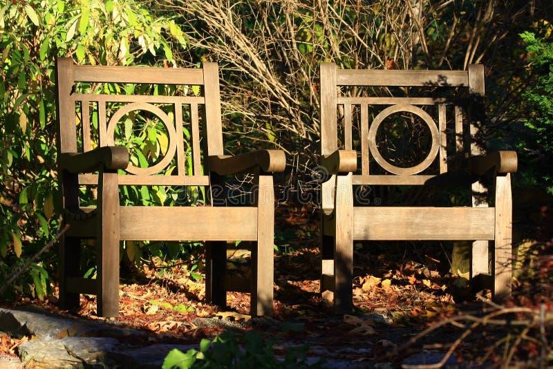 Pogodni krzesła w diuka ogródzie obraz stock
