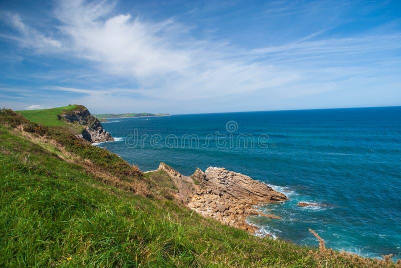 Pogodny krajobraz skalisty wybrzeże z błękitnym morzem zdjęcia royalty free