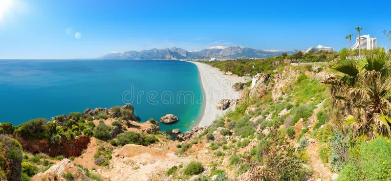 Pogodny letni dzień z jasnym niebieskim niebem w Antalya, Turcja fotografia royalty free