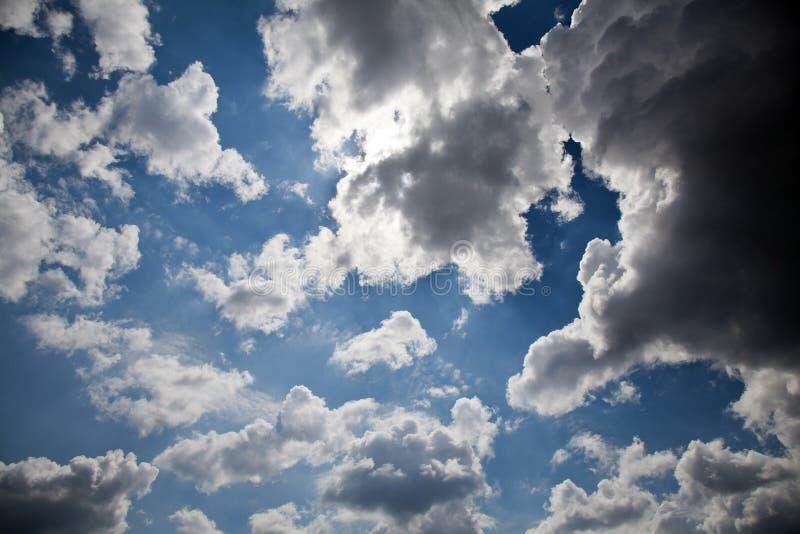 Download Pogodny niebo zdjęcie stock. Obraz złożonej z abstrakt - 28970428