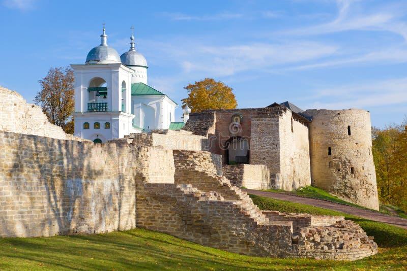 Pogodny Października dzień przy ścianami Izborsk forteca Pskov region, Rosja obraz royalty free