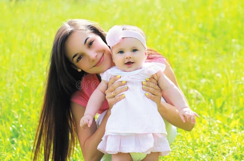 Download Pogodny Portret Szczęśliwa Potomstwo Matka Z Dzieckiem Na Trawie Zdjęcie Stock - Obraz złożonej z rodzina, dzieciństwo: 53778658