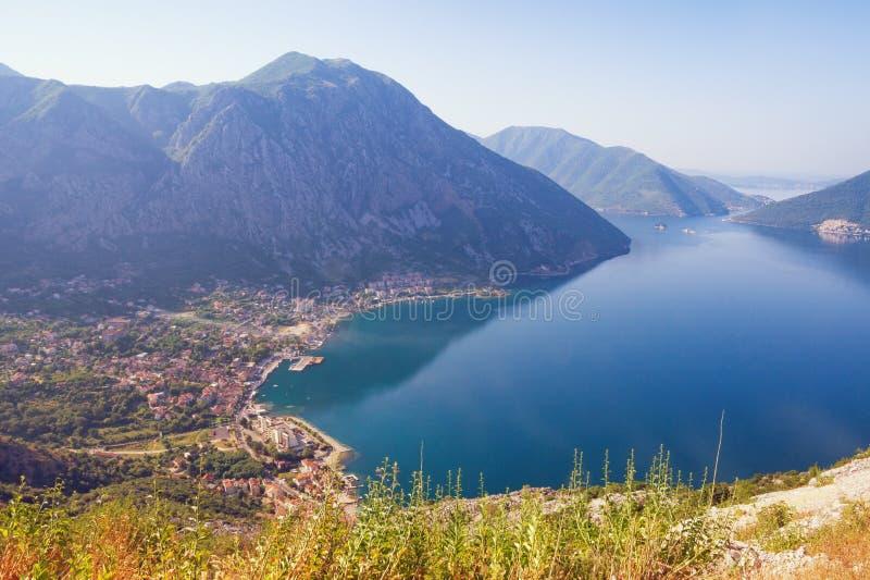 Pogodny ?r?dziemnomorski krajobraz Montenegro Widok zatoka Kotor i Risan miasteczko od halnego skłonu obraz royalty free