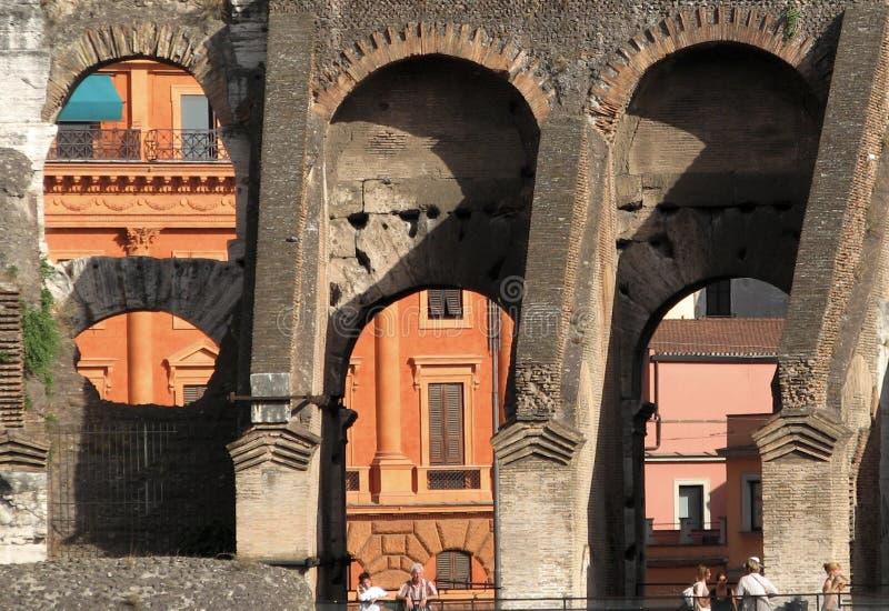 Pogodny spojrzenie przy Colosseum kolosseumem lub - RZYM, WŁOCHY, EUROPA - zdjęcia stock