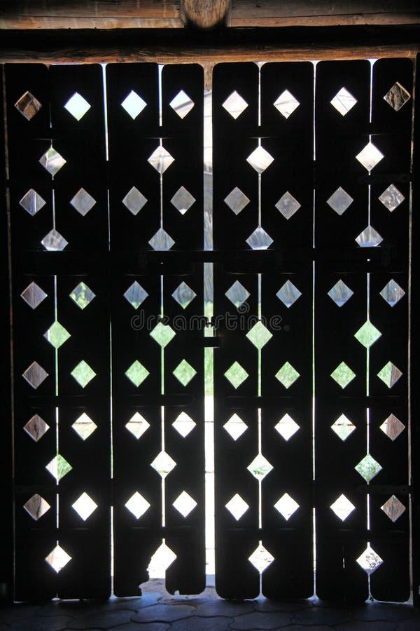 Pogodny tło, żółci pogodni okręgi na ścianie Pogodny round świecenie od słońca na drewnianej ścianie zdjęcia royalty free