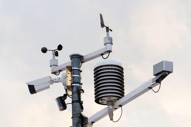 Pogodowa stacja dla meteorologicznej prognozy, anemometr, wiatrowy metr, kierunków czujniki obrazy stock