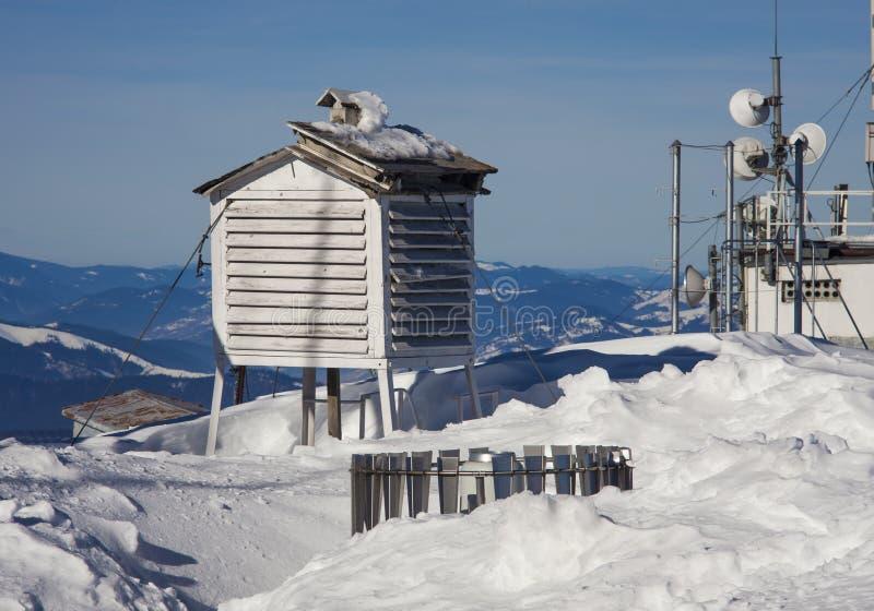 Pogodowa stacja w zimy góry krajobrazie zdjęcia stock