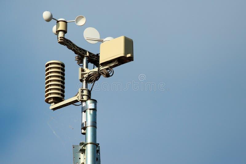Pogodowej stacji instrumenty przeciw niebieskiego nieba tłu zdjęcie stock