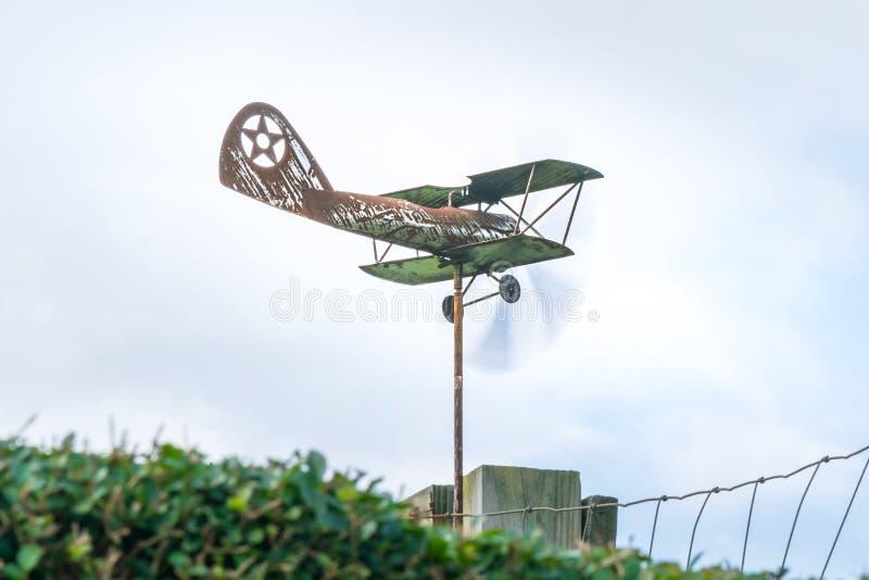 Pogodowy vane w formie stary ośniedziały biplan przy 3/4 widokiem w górę z śmigłami rusza się szybko, fotografia royalty free