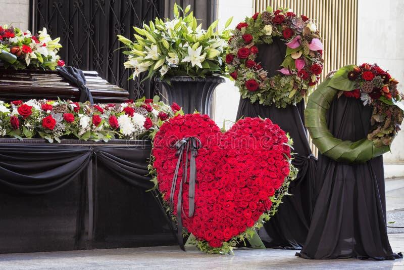 Pogrzeb, pięknie dekorujący z kwiatów przygotowaniami trumiennymi zdjęcie royalty free