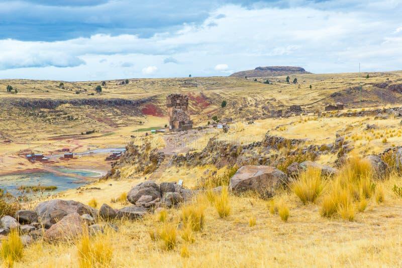 Pogrzebowy góruje i ruiny w Sillustani, Peru, Południowy inka prehistoryczne ruiny blisko Puno Ameryka zdjęcie royalty free