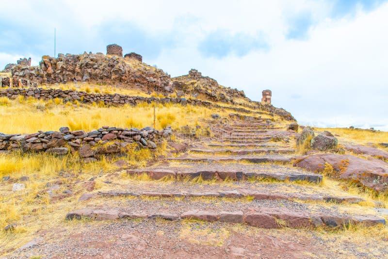 Pogrzebowy góruje w Sillustani, Peru, Południowy inka prehistoryczne ruiny blisko Puno Ameryka zdjęcia royalty free