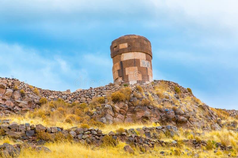 Pogrzebowy góruje w Sillustani, Peru, Południowy inka prehistoryczne ruiny blisko Puno Ameryka, Titicaca zdjęcia stock
