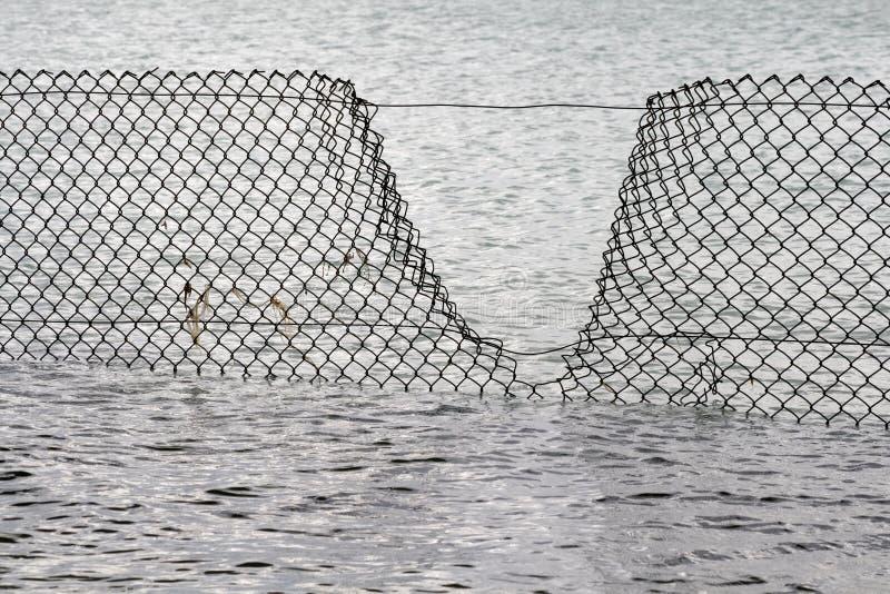 pogwałcenia płotowa ochrony woda obrazy royalty free