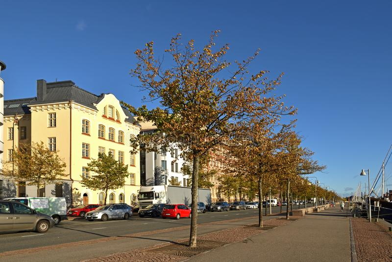 Pohjoisranta堤防、路和港口有老游艇和船的 赫尔辛基,Suomi 库存图片