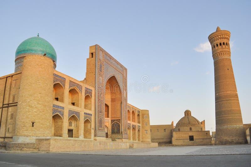 Poi Kalyan Mosque lokaliseras i den historiska delen av Bukhara royaltyfria foton