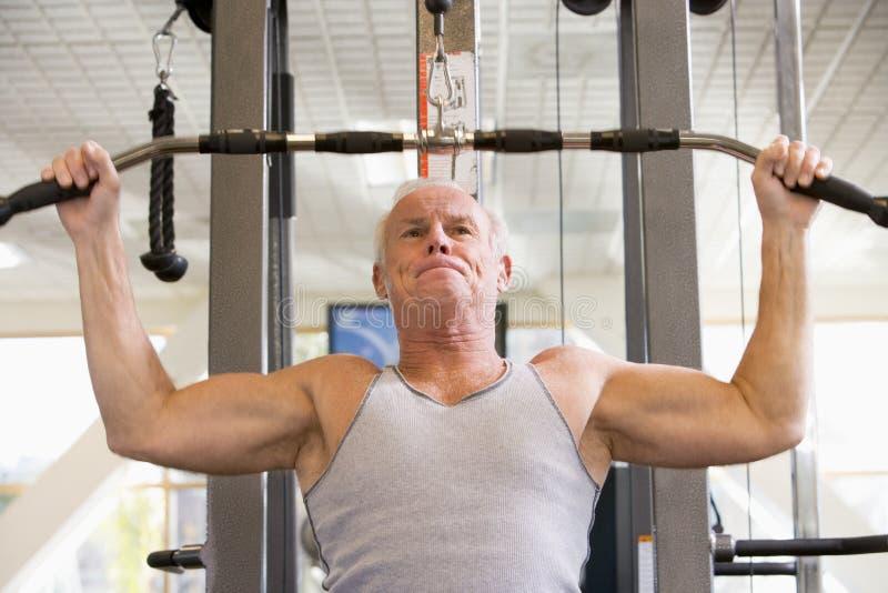 poids de formation d'homme de gymnastique images libres de droits
