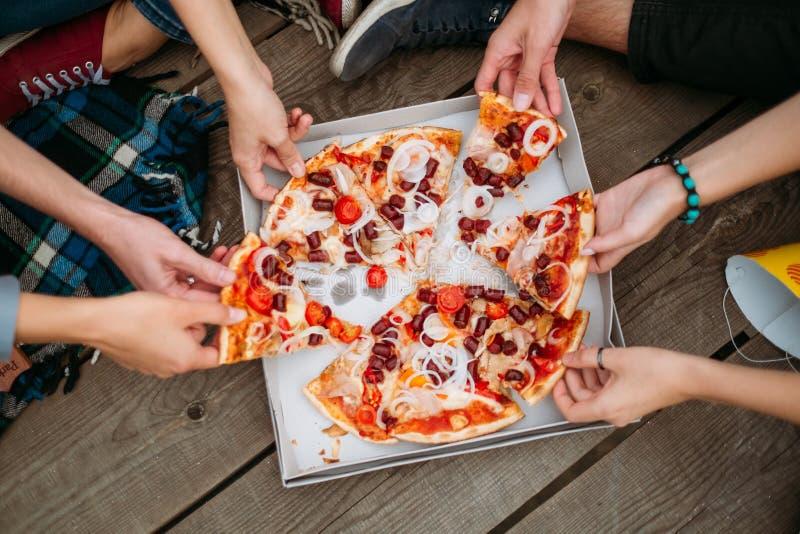 Poids sain de mode de vie de consommation de nourriture industrielle de pizza photographie stock