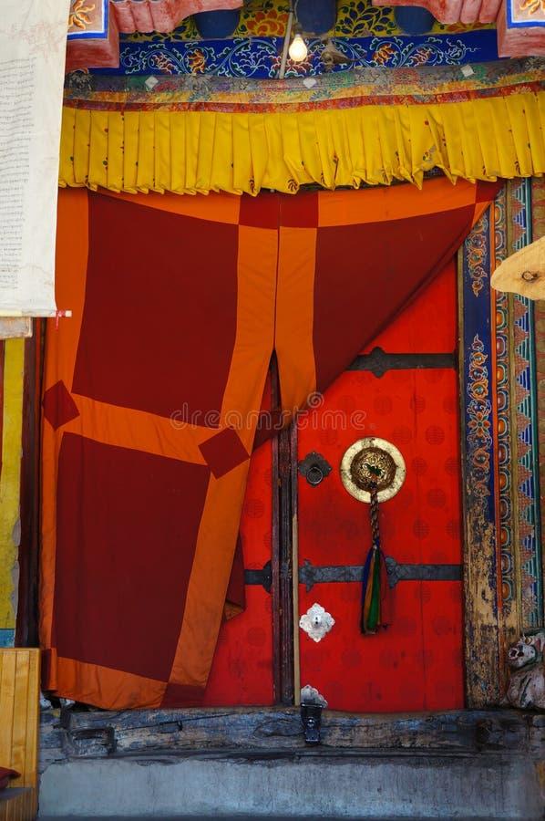 Poignée à la porte de vieux temple décorée du gland tressé Thiksey photographie stock libre de droits