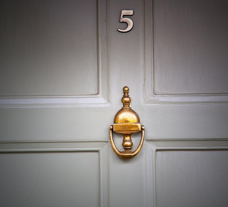 poignée dans le clou et la lumière en laiton rouillés de porte de brun d'ique de fourmi de Londres image stock