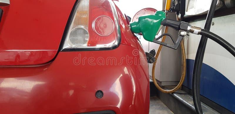 Poignée de carburant en métal à l'intérieur du réservoir de gaz de la mini essence remplissante de voiture de sport dans la stati photo stock