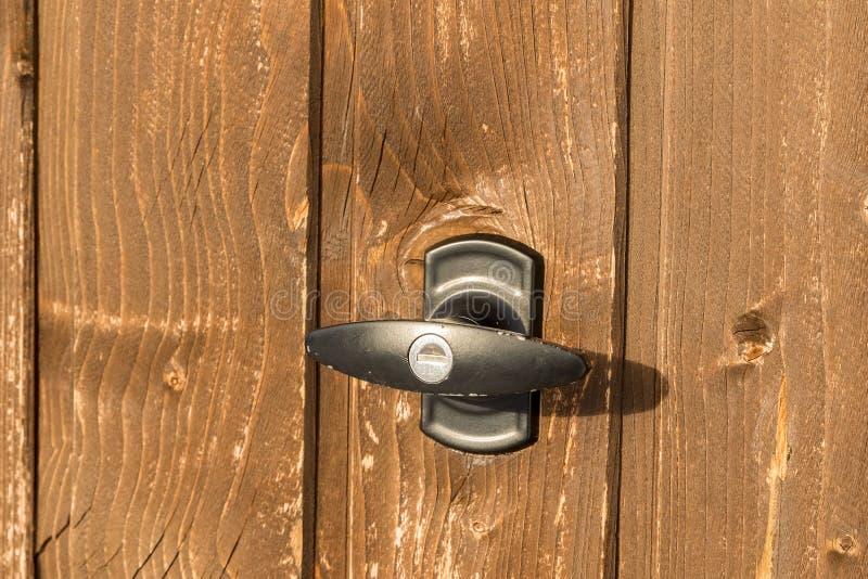 Poignée de garage sur une porte brune de garage photos libres de droits