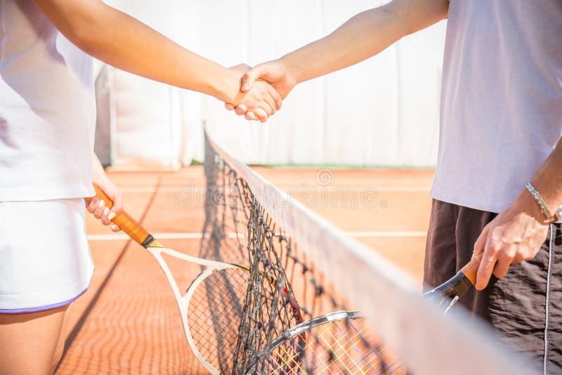 Poignée de main au court de tennis après un match photo libre de droits