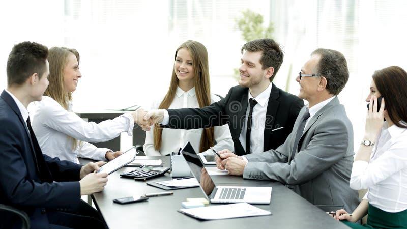 Poignée de main bienvenue des associés à la table des négociations photos libres de droits