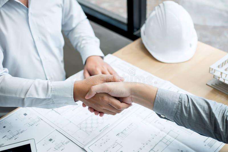 Poignée de main de collaboration, d'ingénierie de construction ou d'architecte discuter un modèle et un modèle de bâtiment tout e image stock