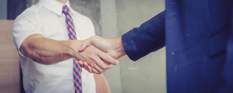 Poignée de main d'affaires avec l'associé du succès au lieu de réunion, félicitation d'homme d'affaires photos libres de droits