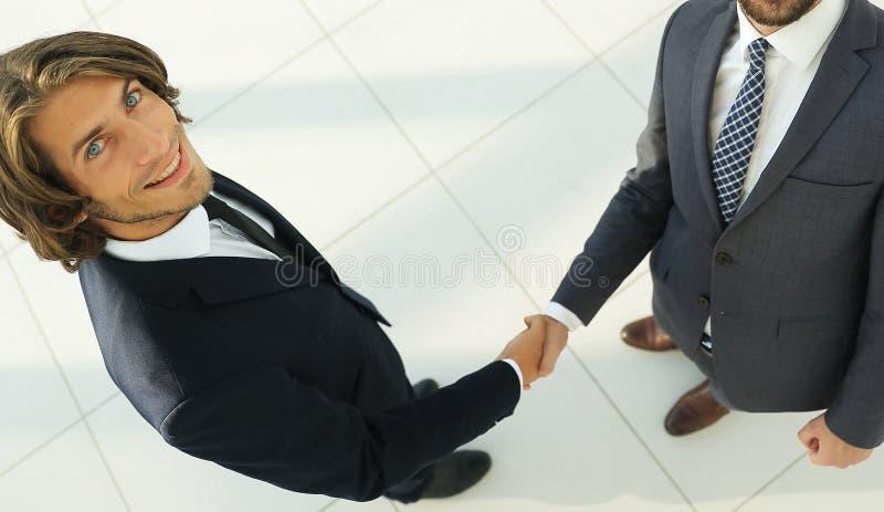 Poignée de main d'affaires de deux hommes démontrant leur accord photo libre de droits