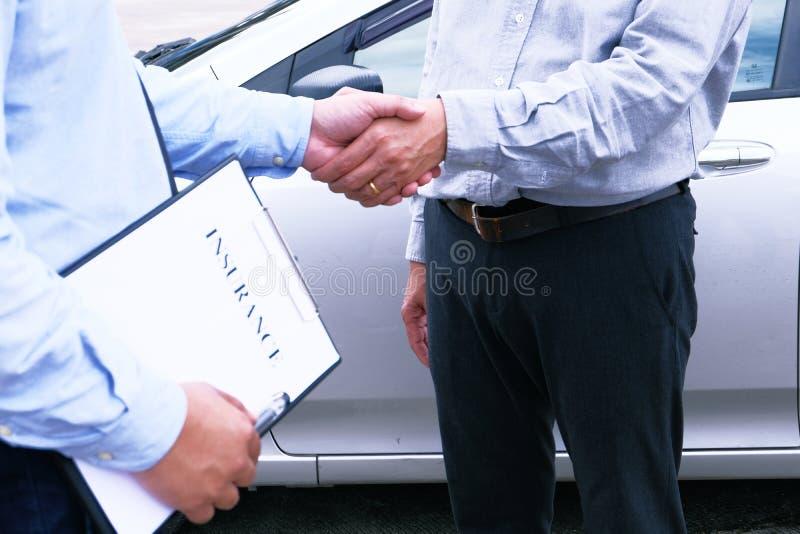 Poignée de main d'agent d'assurance de régleur de perte avec l'inspection endommagée image stock