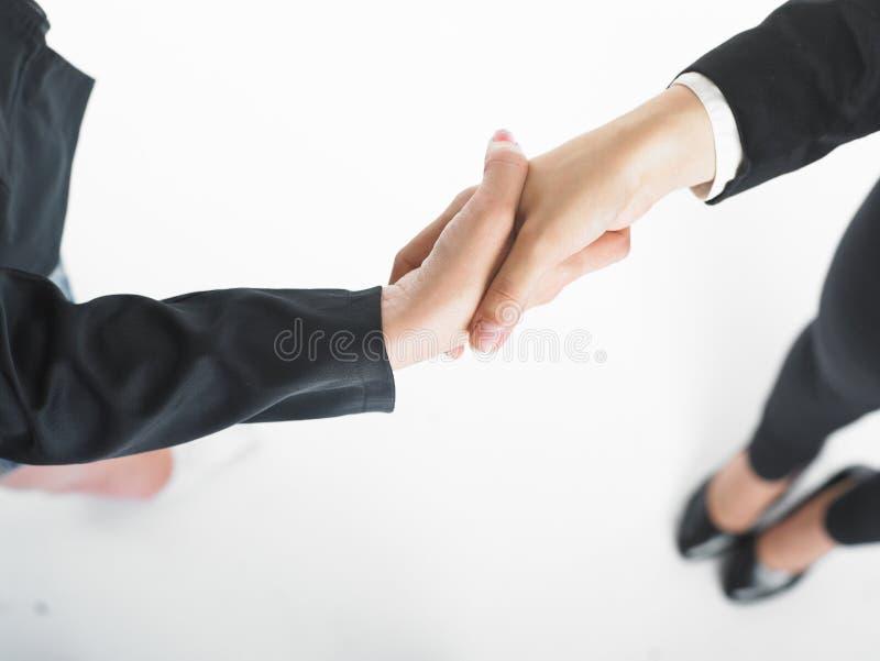 Poignée de main de prise de contact de femme des affaires deux images stock