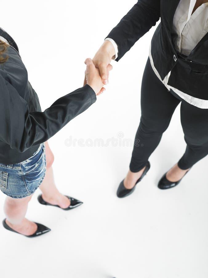 Poignée de main de prise de contact de femme des affaires deux photographie stock