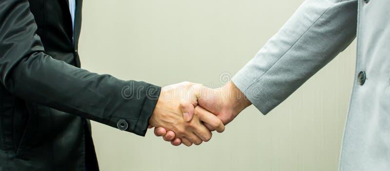 Poignée de main des hommes pour l'accord d'affaires image stock