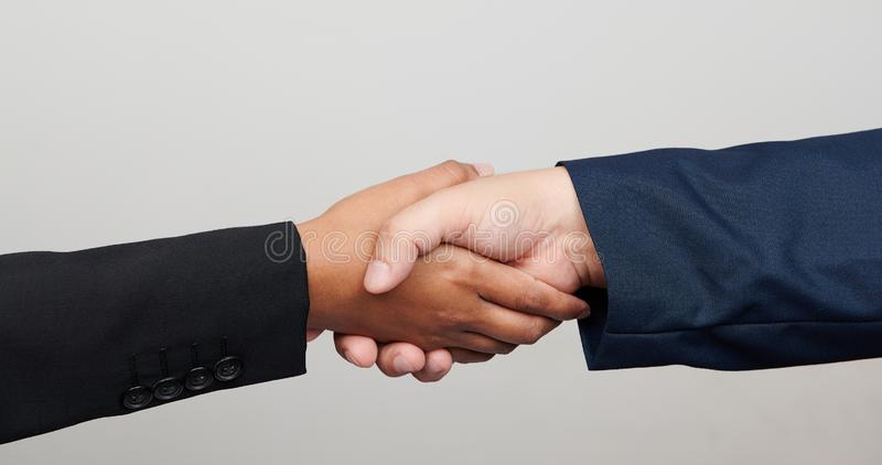 Poignée de main des personnes multiraciales photos stock