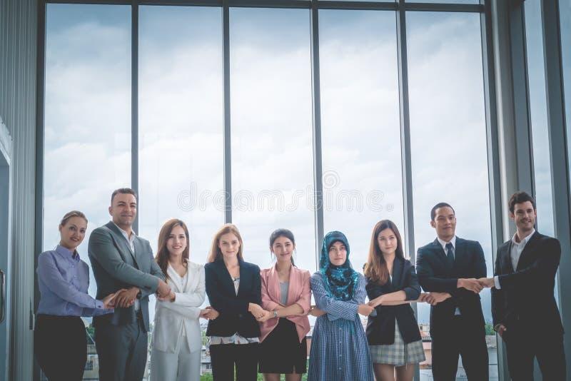 Poignée de main diverse d'équipe d'affaires ensemble photo stock