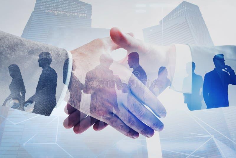 Poignée de main et hommes d'affaires dans la ville, réseau image libre de droits