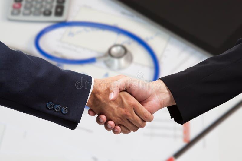 Poignée de main financière d'homme d'affaires photo libre de droits