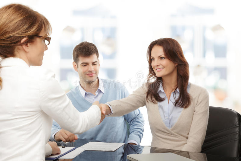 Poignée de main financière de conseiller et de client images stock