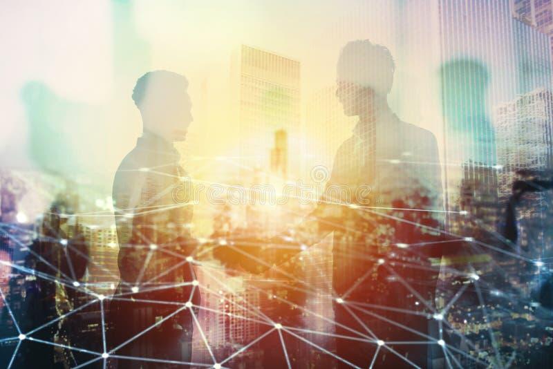 Poignée de main de l'homme d'affaires deux dans le bureau avec l'effet de réseau Concept d'association et de travail d'équipe image stock