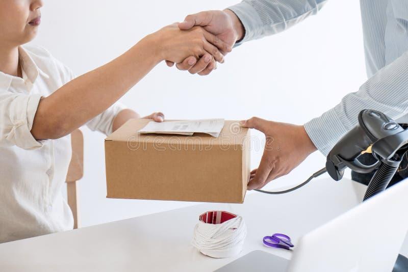 Poignée de main de la PME d'entrepreneur pour recevoir le client d'ordre et le travail avec le marché en ligne de empaquetage de  photo stock