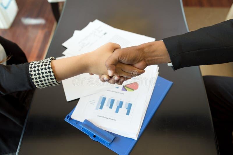 Poignée de main pour le diagramme réussi de graphique de gestion photographie stock libre de droits