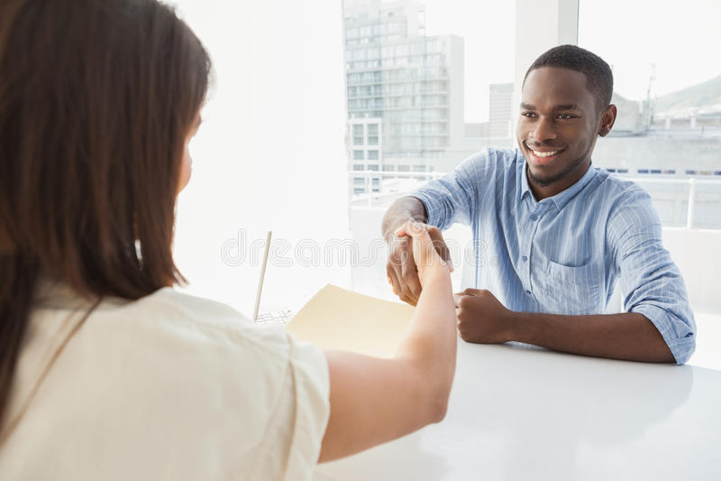 Poignée de main pour sceller une affaire après une réunion d'affaires photo libre de droits