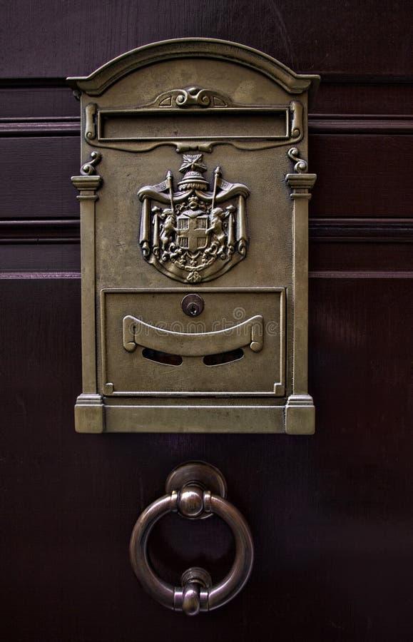 Poignée de porte de boîte aux lettres et d'acier images stock