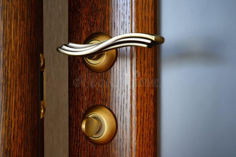 Poignée de porte en laiton de vintage avec un verrou et une serrure images libres de droits