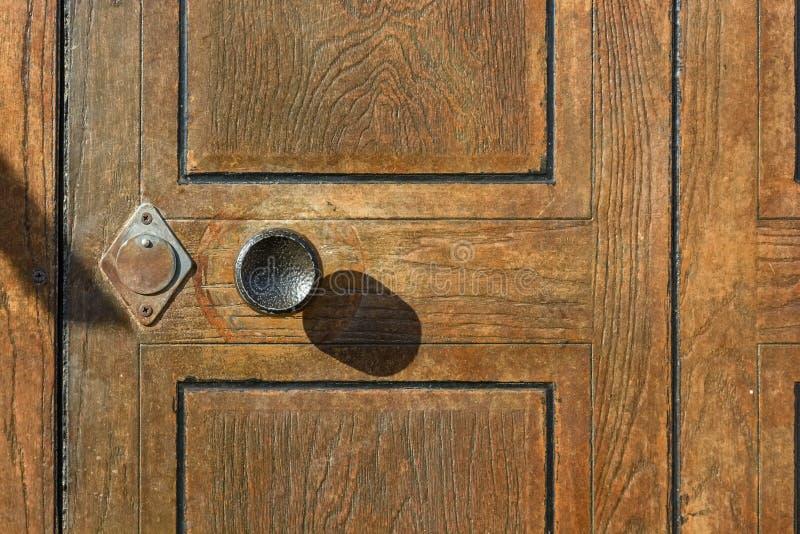 Poignée De Porte Ronde En Métal Sur La Fin En Bois De Porte Image - Poignee de porte ronde en bois