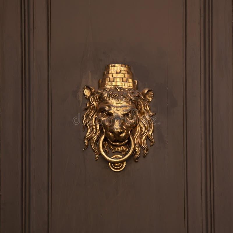 Poignée de porte sous forme de museau de lion photographie stock